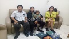 Indosport - Gelandang Irfan Bachdim dan keluarga saat berada di ruangan Direksi PSS Sleman Hempri Suyatno.