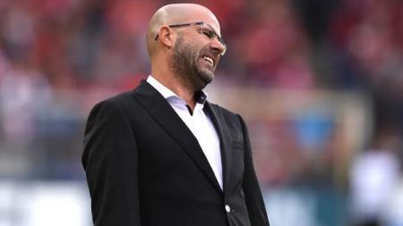 Pelatih Bayer Leverkusen, Peter Bosz, kena semprot karena aksinya di Liga Europa. - INDOSPORT