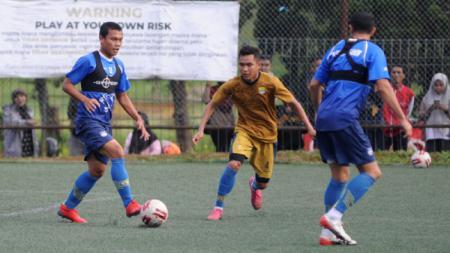 Gelandang Persib, Dedi Kusnandar menggiring bola saat latihan di Lapangan Inspire Arena, Kabupaten Bandung Barat, Minggu (22/03/2020). - INDOSPORT
