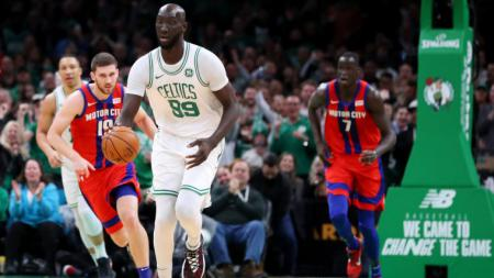 Pemain NBA Boston Celtics Tacko Fall (depan). - INDOSPORT