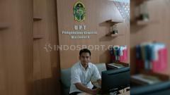 Indosport - Kiper PSIM Yogyakarta, Ivan Febrianto yang tetap bergelut dengan dunia perdinasan pasca kompetisi Liga 2 ditunda akibat virus corona.