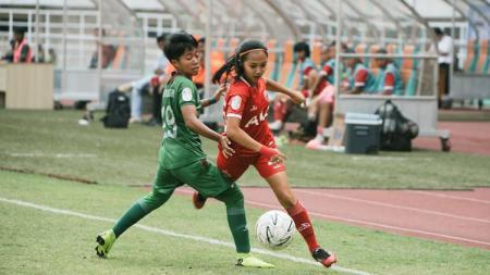 Pemain sepak bola Persija Jakarta Putri, Basia Putri Chaerul (kanan), rindu bermain sepak bola. - INDOSPORT