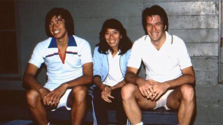 Eks pebulutangkis Indonesia, Utami Dewi Kinard (tengah), bersama legenda Rudy Hartono (kiri) dan Chris Kinard - INDOSPORT