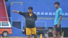 Indosport - Pelatih Kepala Sriwijaya FC Budiardjo Thalib saat memberikan instruksi pada pemain sebelum tim libur.