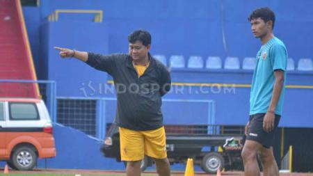 Pelatih Kepala Sriwijaya FC Budiardjo Thalib saat memberikan instruksi pada pemain sebelum tim libur. - INDOSPORT