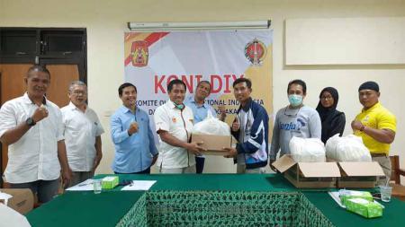 Ketua KONI DIY, Djoko Pekik Irianto, memberikan secara simbolis paket nutrisi dan vitamin kepada perwakilan cabang olahraga. - INDOSPORT