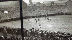 Indosport - Laga Grimsby Town vs Wolves di Stadion Old Trafford pada semifinal FA Cup 1939.