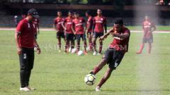 Indosport - Gelandang Persis Yan Pieter Nasadit melepas tendangan dalam latihan di Stadion Sriwedari.