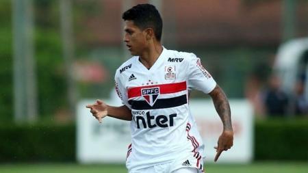 Barcelona akan segera mendapatkan pemain baru setelah dikabarkan akan membereskan transfer wonderkid Brasil milik Sao Paulo, Gustavo Maia, pada Rabu pekan ini. - INDOSPORT
