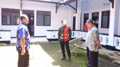 Indosport - Bupati Batang Wihaji (Tengah) saat memantau mess Persibat yang akan digunakan sebagai tempat isolasi PDP Corona.