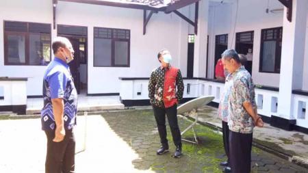 Bupati Batang Wihaji (Tengah) saat memantau mess Persibat yang akan digunakan sebagai tempat isolasi PDP Corona. - INDOSPORT