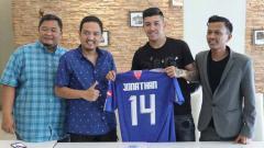 Indosport - Agen pemain asing Liga 1, Aggy Eka Ressy (kanan) menilai hasil virtual meeting yang dilakukan 10 klub Liga 1 sangat realistis.