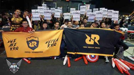 Fans RRQ tetap tak kehilangan akal untuk mendukung tim favoritnya dengan mengusung kreatifitas tinggi di MPL Indonesia season 5. - INDOSPORT