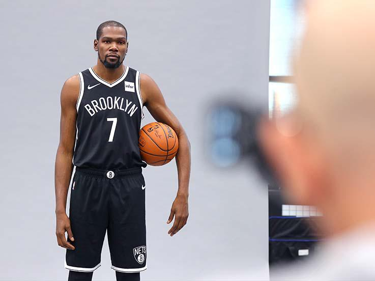 Kevin Durant dalam sesi foto. Copyright: Mike Lawrie/Getty Images