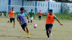 Indosport - Pemain PS Hizbul Wathan berlatih di Lapangan UNESA.