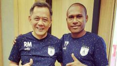 Indosport - Bek Senior Persipura, Tinus Pae (kanan) bersama Manajer Persipura, Rudy Maswi.