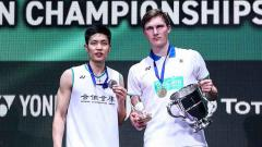 Indosport - Viktor Axelsen dan Chou Tien Chen sama-sama memakai jersey putih di All England 2020.