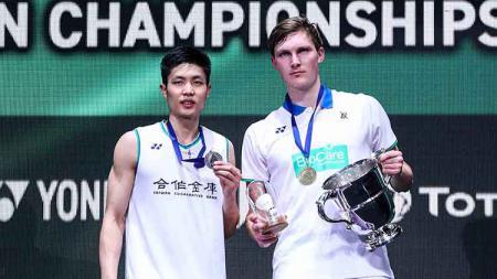Viktor Axelsen dan Chou Tien Chen sama-sama memakai jersey putih di All England 2020. - INDOSPORT