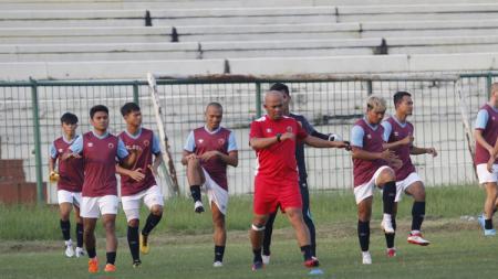 Asisten pelatih klub Liga 1 PSM Makassar, Herrie Setyawan (merah), memimpin Ferdinand Sinaga dkk. dalam sebuah sesi latihan. - INDOSPORT