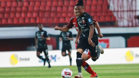 Jebolan Liga Portugal Braga B Emmanuel Oti Essigba turut bongkar laga paling berkesan saat berkarier di Indonesia bersama Madura United. - INDOSPORT