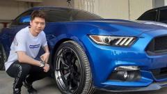 Indosport - Pebulutangkis Kevin Sanjaya Sukamuljo berfoto di samping mobilnya, Ford Mustang GT.50.