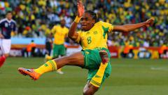 Indosport - Siphiwe Tshabalala, namanya begitu tenar setelah mencetak gol pembuka Piala Dunia 2010 untuk negaranya, Afrika Selatan.