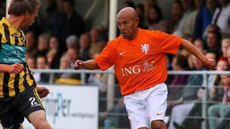 Mengenal Simon Tahamata, pemain Ambon pertama di timnas Belanda. - INDOSPORT