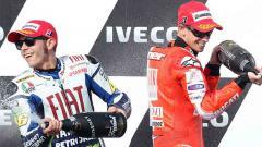 Indosport - Casey Stoner masih aktif dalam urusan melempar kritik-kritik tajam untuk para pembalap MotoGP. Tak terkecuali untuk mantan rival abadinya, Valentino Rossi.
