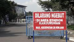 Indosport - Peringatan di depan Stadion Kanjuruhan.
