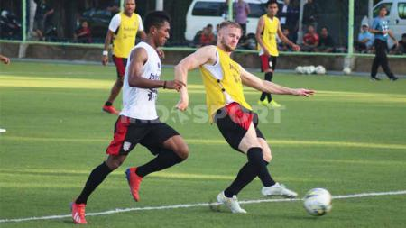 Bek Bali United, Anan Lestaluhu saat mengawal pergerakan Melvin Platje (kanan) dalam sesi latihan di Lapangan AIS Denpasar, beberapa waktu lalu. - INDOSPORT