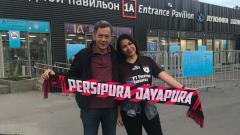 Indosport - Farida Jafar (kanan) bersama sang suami yang merupakan manajer klub Liga 1 Persipura Jayapura, Rudy Maswi.