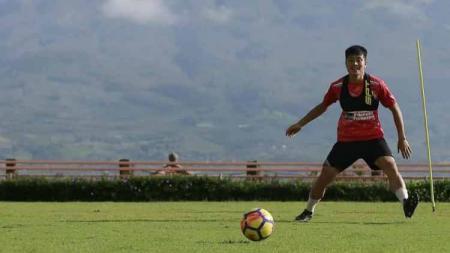 Gelandang asal Jepang yang memperkuat klub Persipura Jayapura, Takuya Matsunaga merasa senang timnya telah memutuskan Kota Malang sebagai homebase untuk Liga 1. - INDOSPORT