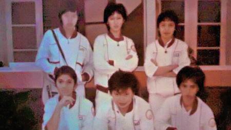 Zarima Mirafsur (berdiri, tengah) kala masih bermain bulutangkis bersama Yuni Kartika. - INDOSPORT