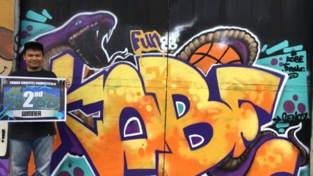 Salah satu pemenang menunjukkan hadiah dan lukisan muralnya untuk mengenang Kobe Bryant. - INDOSPORT