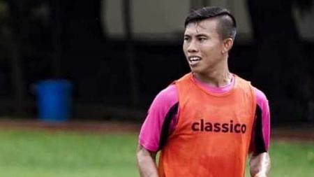 Pemain klub Liga 2 Sulut United, Herrie Lontoh, meminta masyarakat lebih mematuhi imbauan pemerintah terkait pencegahan virus Corona di Indonesia. - INDOSPORT