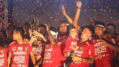 Indosport - Bali United saat perayaan juara Liga 1 2019.