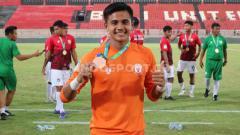 Indosport - Kiper klub Liga 1 Bali United Rakasurya Handika pulang ke Semarang dan ikut kegiatan untuk membasmi virus corona.