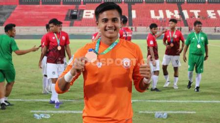Kiper klub Liga 1 Bali United Rakasurya Handika pulang ke Semarang dan ikut kegiatan untuk membasmi virus corona. - INDOSPORT