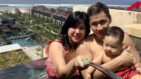 Pebulutangkis ganda putra Indonesia, Marcus Fernaldi Gideon, dan putranya, Junior, membuat netizen gemas dengan foto kembaran jersey. - INDOSPORT