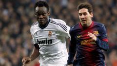 Indosport - Mantan gelandang tengah Real Madrid Michael Essien (kiri) berduel dengan megabintang Barcelona Lionel Messi (kanan).