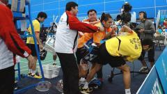 Indosport - Berikut ini terdapat 4 kejadian unik di dalam seuatu pertandingan bulutangkis berbagai belahan dunia, mulai dari prank Ginting lepar raket hingga adu jotos antarpemain.