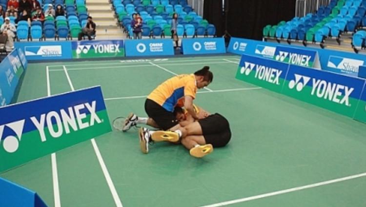 Ganda putra Thailand Bodin Issara (oren) terlibat baku hantam dengan rekan senegaranya Maneepong Jongjit (kuning) di final Kanada Open 2013. Copyright: William Luk/taiyangbao.ca/Vancouver Sun