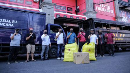 Klub Liga 1 Bali United, mendonasikan ribuan Alat Pelindung Diri (APD) untuk rumah sakit yang menangani pasien virus corona di Bali, Jumat (09/04/20). - INDOSPORT