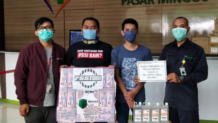PSSI Pers menyumbang 1000 masker dan 50 liter hand sanitizer ke Rumah Sakit Umum Daerah (RSUD) Pasar Minggu yang tengah berjuang melawan virus corona. - INDOSPORT