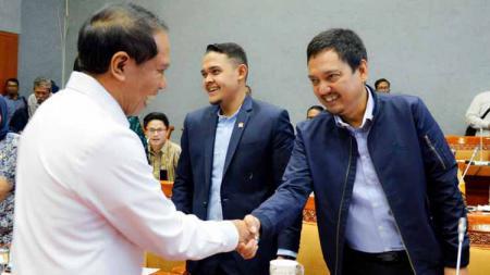 Menpora Zainudin Alami (kiri) bersalaman dengan dua anggota Komisi X DPR, Yoyok Sukawi (anggota EXCO PSSI dan CEO PSIS Semarang) dan Abdul Hakim Bafagih (CEO Persik Kediri). - INDOSPORT