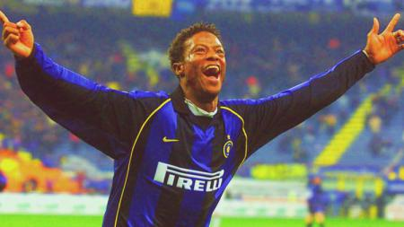 Mohamed Kallon, bomber yang pernah memperkuat Inter Milan ini, merasakan betul pengalaman pahit menjadi korban kemunafikan pelatihnya sendiri, Hector Cuper. - INDOSPORT