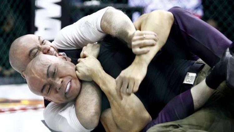 Max Metino saat mengunci Deddy Corbuzier di One Pride MMA Copyright: viva
