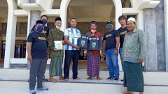 Indosport - Manajemen Putra Sinar Giri membagikan masker dan penutup wajah di mushala dan masjid Kabupaten Gresik.