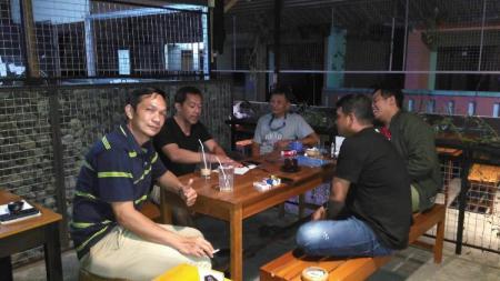 Kahudi Wahyu (paling kiri) bersama pelatih Persebaya Surabaya, Aji Santoso dan sejumlah rekan di kedai miliknya - INDOSPORT