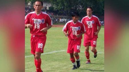 Pemain Perseden Denpasar, Yan Kaunang, Marwal Iskandar, dan Victor Anterin, saat warming up untuk pertandingan. - INDOSPORT